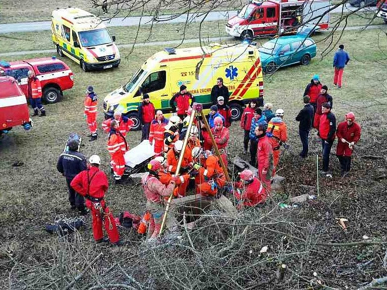 Při sestupu do jeskyně Nový Lopač se zranili tři lidé. Zřítili se ze žebříku.