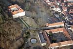 První letošní let a série nádherných fotografií. Paraglidistu Petra Buchtu z Adamova na Blanensku zlákala předpověď počasí k výletu na motorovém křídle. Do vzduchu vystartoval ve středu z kotvrdovického letiště krátce před půl osmou ráno.