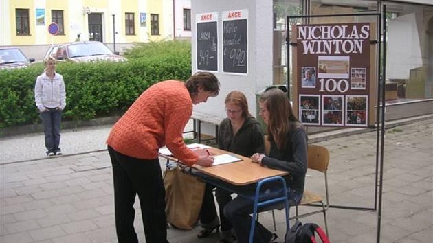 Kunštátské děti sbírají podpisy pro Angličana Nicolase Wintona.