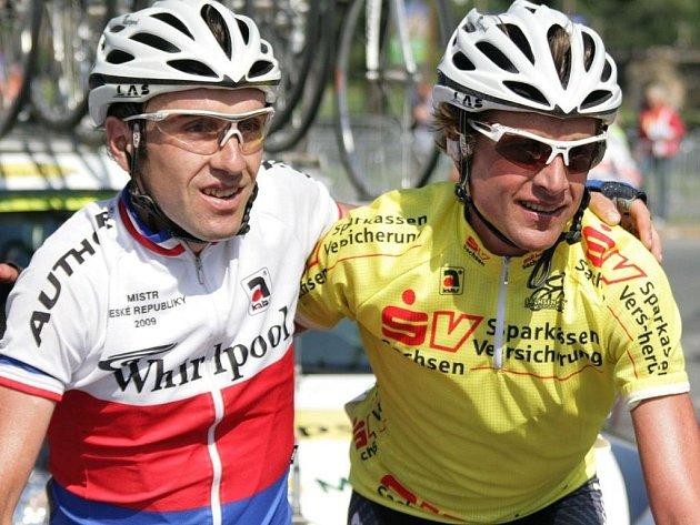 Martin Mareš (vlevo) se stájovým kolegou a vítězem německé Sachsen – Tour Patrikem Sinkewitzem.