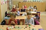 Žáci první třídy Základní školy v Knínicích.