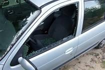 Do aut se dvaapadesátiletý zloděj dostával rozbitím jednoho z okének. Lákaly ho především věci nechané na sedačkách.
