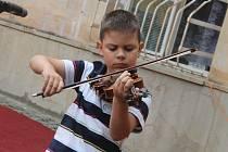Děti z přípravných oborů Základní umělecké školy v Blansku v úterý odpoledne před školou tančily a zpívaly. Při příležitosti mezinárodního Dne hudby.
