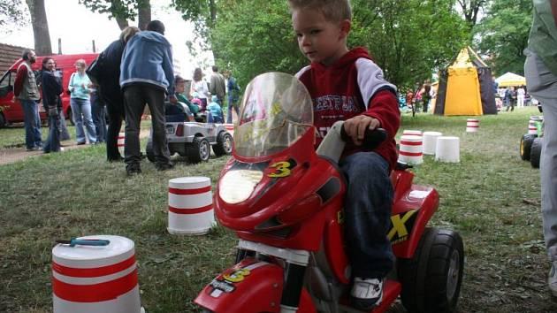 Velkou atrakcí na dětském dni byla loni jízda na lektro motorce a autíčku.