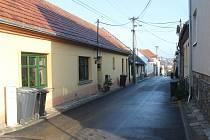 V jedovnické části Chaloupky v Hybešově ulici se střílelo. Na chodníku zemřela jednapadesátiletá žena. Za vším byly údajně manželské spory.