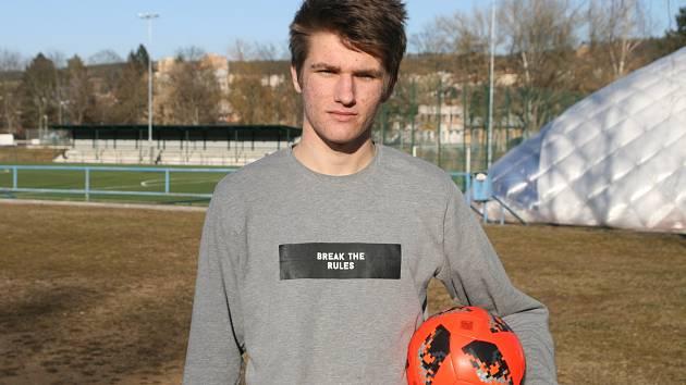 Osmnáctiletý fotbalista a rozhodčí Štěpán Burgr (na snímku) zachránil společně s trenérem Jaromírem Korčákem život šestnáctiletému fotbalistovi. Ten zkolaboval na halovém turnaji ve Svitávce. Díky bleskové pomoci mužů, kteří hocha začali oživovat, se ho z