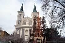 Věže evangelického chrámu ve Vanovicích, jednoho z největších u nás, jsou ve velmi špatném stavu. Českobratrská církev evangelická už začala s opravou jedné z nich.