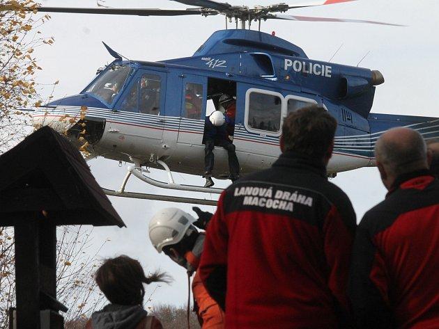 Lanovou dráhu nad Macochou po roce opět obsadili záchranáři a hasiči. Nacvičovali totiž vyprošťování lidí ze zaseknuté kabiny.