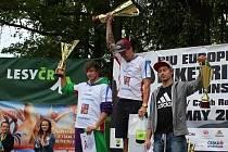 Blanenský biketrialista Václav Kolář (uprostřed) si v Březové u Sokolova dojel v kategorii elite pro titul mistra Evropy. Jeho oddílový kolega Martin Kakáč (vlevo) skončil druhý.