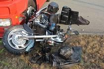 Náraz a několikametrový let přes řídítka. Otevřená zlomenina nohy, otřes mozku a podezření na poranění páteře. Tak dopadl střet motorkáře s kamionem.