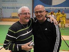 Trenér fotbalistů Tišnova Jiří Hajský (vpravo) s hlavním organizátroem Memoriálu Dana Němce Josefem Němcem. Tišnov v Blansku vybojoval třetí místo.