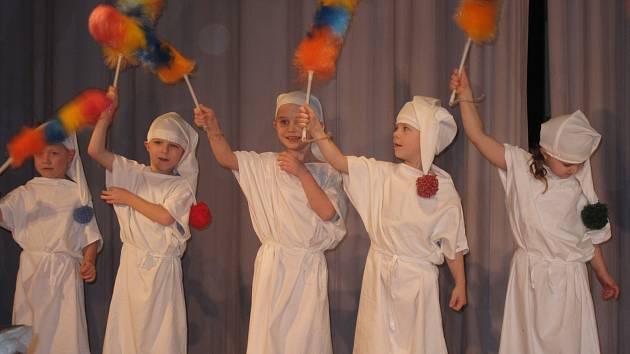 Boskovičtí pionýři už popatnácté připravili v Zámeckém skleníku pro hendikepované děti vítání nového roku.