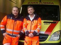 Záchranáři Petr Hašek a Libor Šinkora z blanenské výjezdové základny pomohli na svět malému Davídkovi.