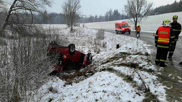 Hrozivě vypadající nehoda u Jedovnic se obešla bez zranění.