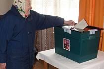 Marie Kotulánová, jedna z dotázaných lidí žijících v Bukovince, právě vhazuje svůj hlas do volební urny.