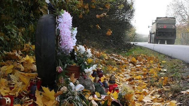 Pomníčků a křížů u silnic na Blanensku každým rokem přibývá. I na těchto místech lidé o Dušičkách rozsvěcují svíčky.