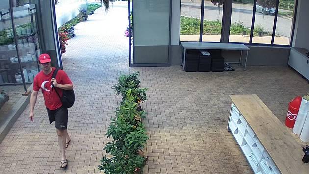Policisté hledají muže ze snímku.