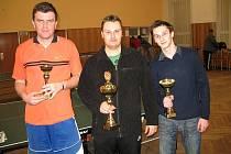Vánoční turnaj v Šošůvce vyhrál stolní tenista Zdeněk Daněk mladší z Komořan (uprostřed). Na třetím místě skončil domácí odchovanec Luboš Bezděk (vlevo).