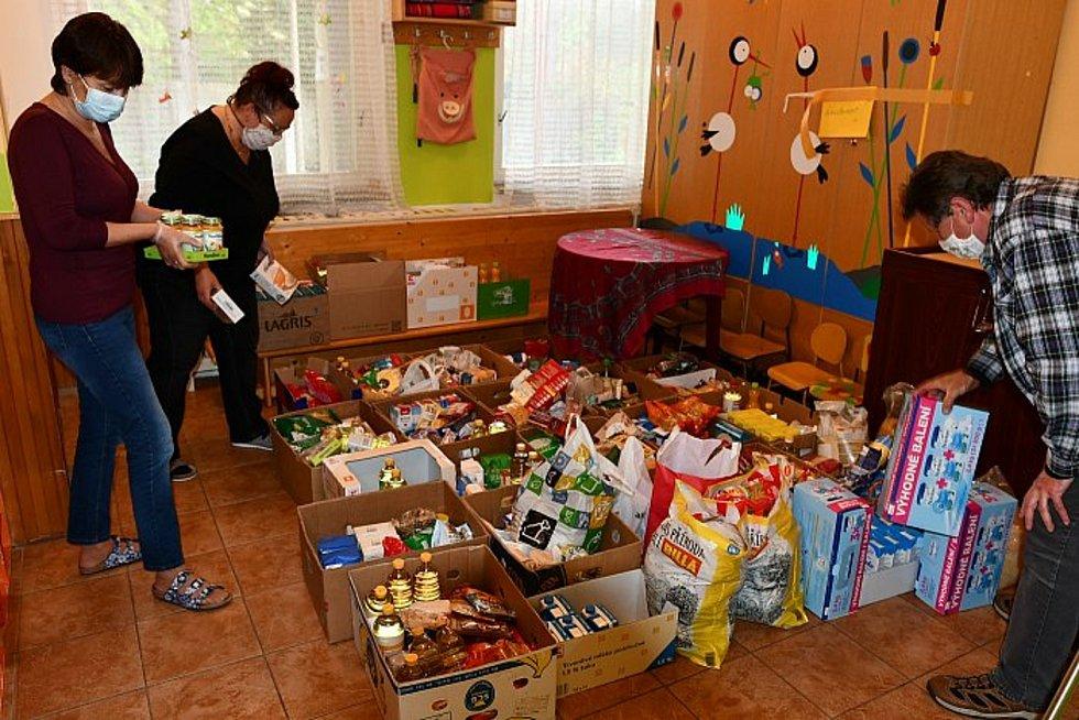 Dobrovolníci přispěli více ne čtyřmi sty kilogramy jídla. Dary už míří za potřebnými.