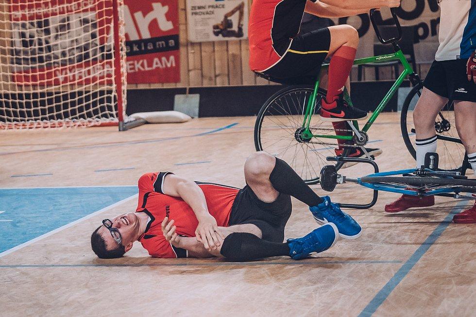 VYROVNANÝ SOUBOJ. Dvojice ze Svitávky (žluté dresy) David Petr a Michal Musil prohrála ve finále se Zlínem těsně 3:4.