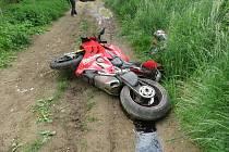Motorkář ujížděl policii. Se spolujezdkyní havaroval na polní cestě.
