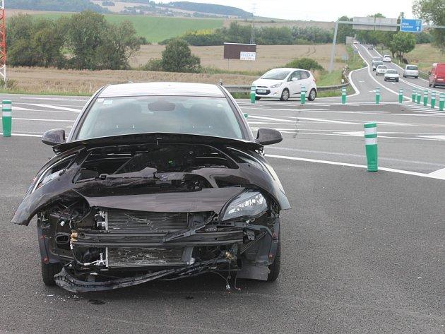 Dopravní nehoda dvou osobních aut zbrzdila ve středu po půl druhé odpoledne provoz na silnici I/43 u Sebranic. Při nehodě se lehce zranila těhotná řidička