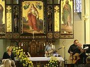 Zdi adamovského kostela svaté Barbory rozezněl ve čtvrtek v podvečer koncert známé sourozenecké dvojice Hany a Petra Ulrychových.