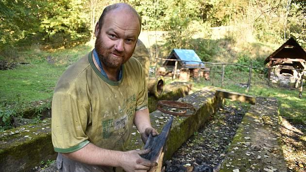 Dominik Talla z Brna je členem spolku Františka z okruhu přátel Technického muzea v Brně se zaměřením na průmyslovou archeologii. Historickou tavbu železa a pálení uhlí pravidelně předvádí s ostatními kolegy v areálu Stará huť nedaleko Adamova.