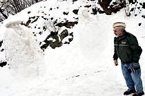 František Rychlík a jeho sněhové sochy.