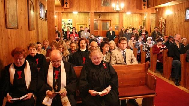 V dřevěném kostelíku v Blansku slavili členové církve československé husitské osmdesát let od ustanovení farnosti.
