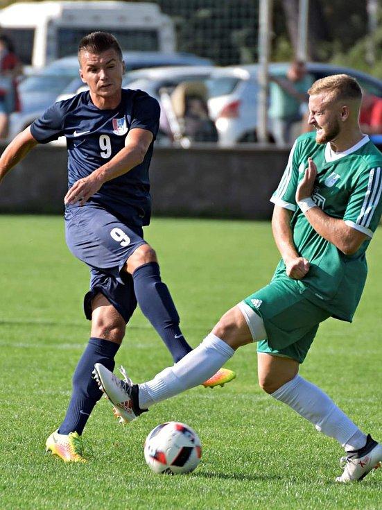 Nádech derby měl zápas 7. kola Moravskoslezské fotbalové divize D. Domácí FK Blansko (v modrém) v