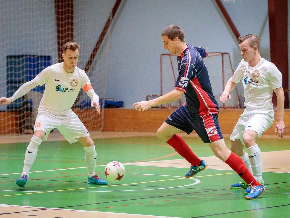 V utkání futsalové divize E porazil PRO-STATIC Blansko (v bílých dresech)  Atraps-Hombres Brno vysoko 16:1.