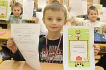 """Smích a dobrá nálada. Prvňáčci ze základní školy v Knínicích dostali ve středu stejně jako řada jejich kamarádů z Blanenska první vysvědčení. A byly na něm samé jedničky. """"Děti dostaly na památku kromě vysvědčení také pochvalné listy pro rodiče na památku"""