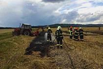Požár traktoru s obracečem a přilehlého pole zaměstnal hasiče v úterý kolem půl páté odpoledne ve Vanovicích na Blanensku. Na místě museli nasadit tři vodní proudy. Krátce před pátou hodinou lokalizovali ohnisko požáru a po chvíli ho uhasili.