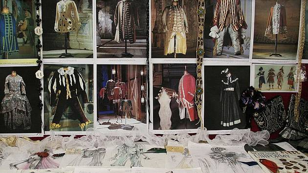 Jednu z místností kulturního domu v Lažanech zaplnila výstava Vše o šití aneb Jak vznikne oděv.