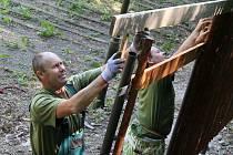 Dělníci v těchto dnech staví kolem letního kina v Boskovicích plot.