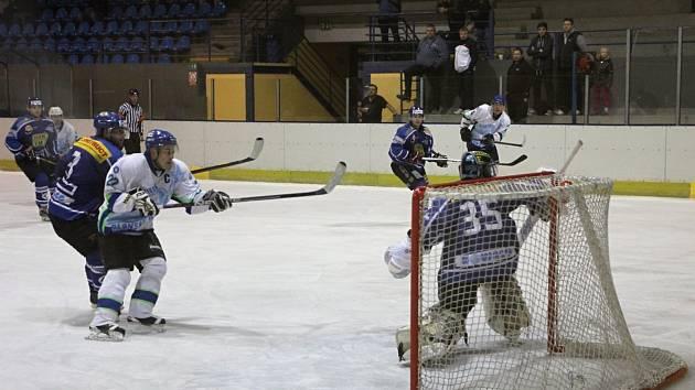 Kapitán hokejistů Dynamiters Blansko Ivo Kuběna v zápase s Velkým Meziříčím.