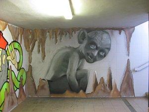 Podchod pod blanenským nádražím zdobí graffity. S motivy z krasu