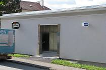 Nenápadná bíle omítnutá budova bez zářivých nápisů přiléhající k domu, jehož součásti je i Střední škola gastronomická. Tak vypadá nová herna, kterou společnost Liška Group v Blansku otevřela teprve před pár týdny.