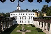 Dělníci se pustí do rozsáhlé obnovy zámecké zahrady v Lysicích včetně zahradnictví se skleníky a oranžérií. Zahrada bude nepřístupná dva a půl roku. Úpravy přibližně za 160 milionů korun ji vrátí původní podobu z konce 19. století.