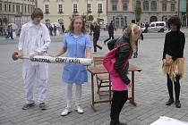 Chce se mně brečet, je to nespravedlivé, musíme s tím něco udělat! Tyto věty padaly z úst kunštátských deváťáků, když nahlédli do krutého světa rozvojových zemí. Zapojili se do kampaně Česko proti chudobě. Hráli divadelní scénky na brněnském náměstí.