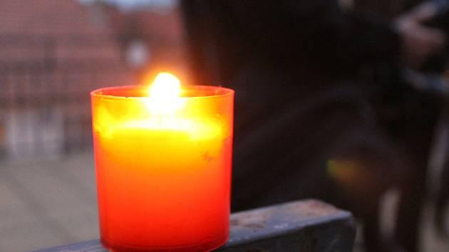 V ulicích Boskovic zářily plamínky svíček. Boskovičtí je rozsvítili, aby uctili památku Židů z Boskovicka a připomněli si tak smutné sedmdesátileté výročí jejich transportu do Terezína.