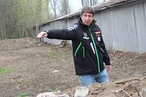 Trenér Radek Šinkora z Biatlonu Blansko ukazuje místo, kde vzniká vzduchovková střelnice.