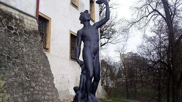 Socha Bakcha znázorňuje řeckého boha Dionýse alias Bakcha, jenž byl v řecké mytologii synem Dia a jeho milenky Semely.Toto unikátní dílo si mohou lidé prohlédnout na blanenském předzámčí.