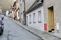 Dlažba v ulicích Velenova, Zástřizlova a Nerudova v Boskovicích podle tamních obyvatel při deštích propouští vodu.