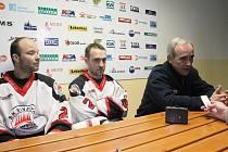 Trenér boskovických hokejistů Rudolf Krupička, manažer a gólman Petr Hrachovina (uprostřed) a útočník Petr Veselý.