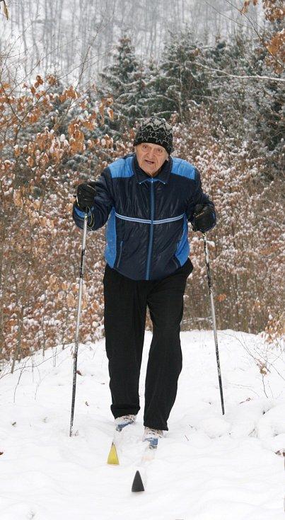"""František Novák z Adamova vyrazil v úterý na běžky v okolí své chaty u řeky Svitavy. """"První sníh, to se musí využít. Nedokážu jen tak sedět doma u televize. Napadlo jen pár centimetrů, ale to mi vůbec nevadí,"""" hlásil vitální důchodce."""
