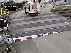 Nebezpečné počínání řidiče dodávky na železničnímu přejezdu v Rájci-Jestřebí. Zůstal s vozem stát mezi spuštěnými závorami, kolem pak projel rychlík.