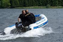 Policisté v letních měsících dohlížejí na pořádek na březích přehrady Křetínka u Letovic. Zaměřují se na rybařící pytláky, černé skládky a nepovolené rozdělávání ohňů.