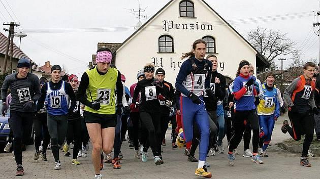 VYROVNANÝ REKORD. Na start patnáctého ročnku Hraběnčina běhání se v Petrovicích postavilo v neděli čtyřiasedmdesát běžců. Do cíle dorazil po pěti a půl kilometrech v terénu jako první Daniel Orálek z Moravské Slávie Brno.